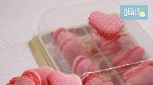 Сладък Подарък за Всеки Повод! 2 или 8 Френски Макарона с Форма на Сърце в Луксозна Кутийка от Сладкарница Сладост!