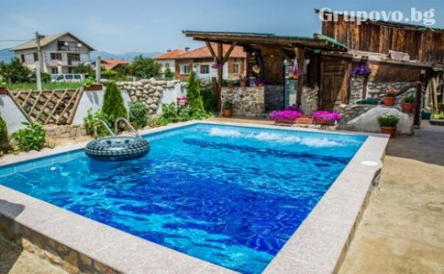Септемврийски празници в с. Баня! 3 нощувки със закуски и вечери + топъл басейн в хотел Крайпътен рай