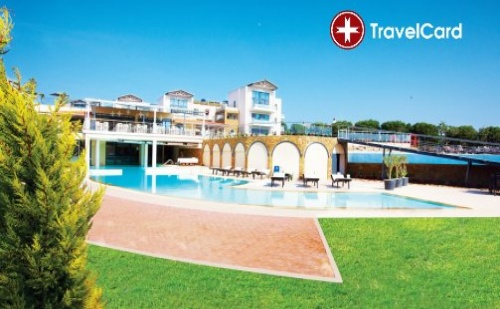 Пакет нощувки за двама възрастни плюс дете до 10 г. с включени закуски, вечери, безплатни чадъри и шезлонги на морския бряг в хотел Истион Клуб*****, Халкидики, Гърция