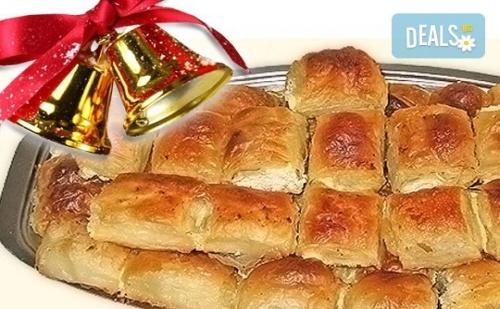 За Коледа и Нова Година! Баница на Хапки с 50 Късмета и Паричка за Фирмени Тържества или Големи Семейни Празници от Работилница за Вкусотии Рави!