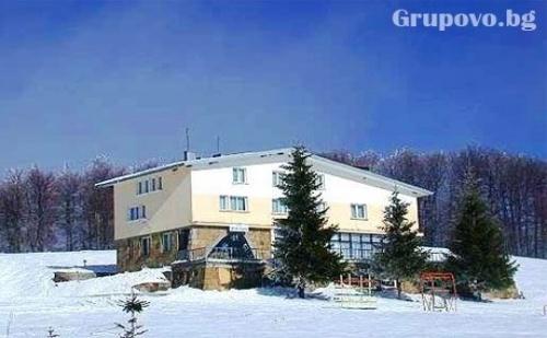 Нощувка, закуска и вечеря + собствена ски писта в хотел Географски център, местност Узана, до Габрово
