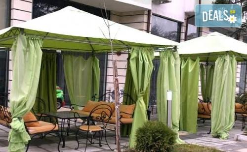 Почивка в Сандански в Семеен Хотел Сантана! 1 Нощувка на човек, Настанен в Помещение по Избор - Единична, Двойна  Стая, Студио или Апартамент