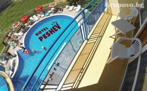Цяло лято в Свети Влас! Нощувкa със следобедно кафе и домашно приготвен сладкиш + басейн в хотел Пешев