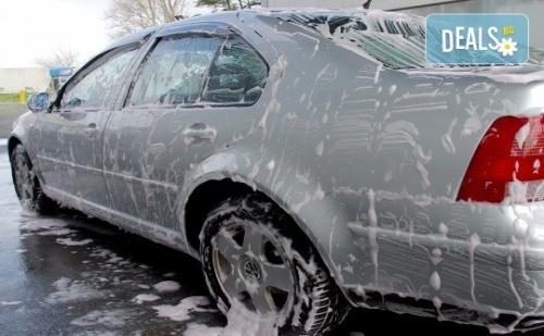 Пътувайте Комфортно в Блестяща от Чистота Кола! Вътрешно и Външно Почистване на Автомобил на Специална Цена в Автомивка Nikea!