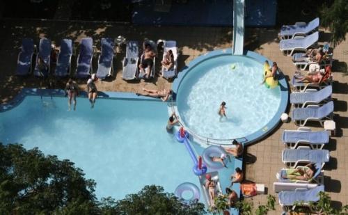Изгодни цени с отстъпка за ранни записвания за хотел Свежест - Слънчев бряг за една нощувка, закуска и вечеря с открит басейн / 01.05.2017 - 19.06.2017