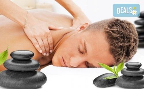За любимия мъж! Дълбокотъканен цялостен масаж с магнезиево олио в комбинация със зонотерапия, терапия Hot stone и елементи на шиацу в Senses Massage & Recreation!