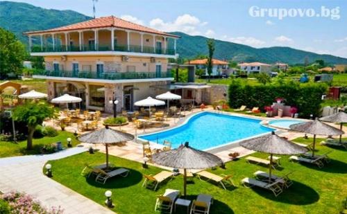 Май и Юни на море в Ставрос, Гърция! Нощувка със закуска за двама, трима или четирима + басейн  в хотел Alexander Inn Resort