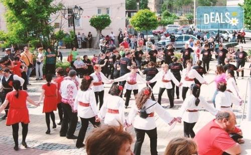 Танцувайте Български Хора, Ръченици! Осем Урока във Фолклорен Клуб Body Folk в Зала чехов в Жк Изток