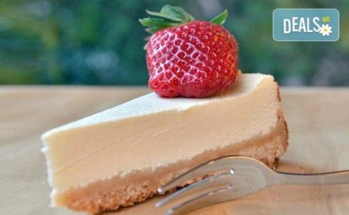 Вземете Разтапящ Сетивата Класически Чийзкейк и Направете от Него Уникален Шедьовър по Ваш Вкус от Сладкарница Cheesecakers!