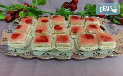 Вкусни Моменти за Вашето Парти с 45 Броя Сладки Петифури - Малки Тортички от Сладкарница Черешка