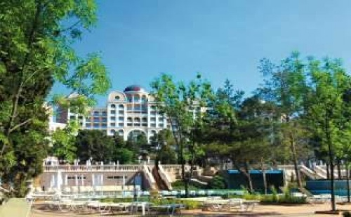 Незабравима Почивка на Първа Линия Топ Хотел, All Inclusive с Чадър и Шезлонг на Плажа След 29.08 в Риу Хелиос Парадайз