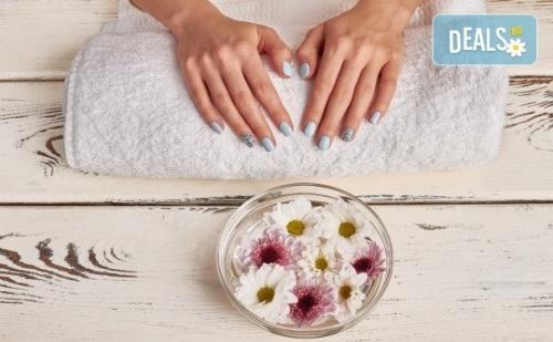 Перфектни ръце! Маникюр с BlueSky, 2 декорации и СПА терапия в салон за красота Женско Царство