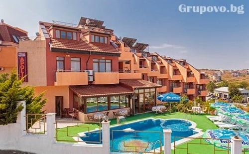 Септември на 70М от Плажа в Созопол. 1, 5 или 7 Нощувки със Закуски + Басейн в Хотел Аполис