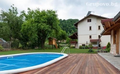 Самостоятелна къща за до 20 човека на цена 310 лв. с отопляем басейн, механа, детски кът, барбекюта и още много удобства в Рибарица през Септември.
