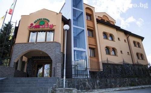 Коледа в Сапарева Баня! 3 Нощувки със Закуски и Вечери (Две Празнични) + Релакс Зона с Минерална Вода в Хотел Емали Грийн