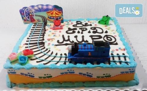 Детска Торта с Декорация влакчето Томас! от Пандишпан, Ванилов и Шоколадов Мус, Безплатен Надпис и Кутия, 16 или 20 Парчета, от Сладкарница Сладост!