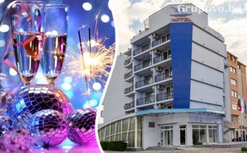 Нова Година в Св. Св. Константин и <em>Елена</em>! Три Нощувки със Закуски и Вечери, Едната Празнична с Dj в Хотел Йо