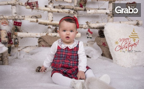 Семейна Коледна фотосесия в студио - с 4 ръчно изработени декора и до 100 обработени кадъра
