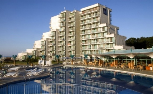 Ранни записвания за почивка на първа линия в  хотел Боряна*** <em>Албена</em>! Нощувка на база All inclusive + чадър и шезлонг на плажа и басейна!!!