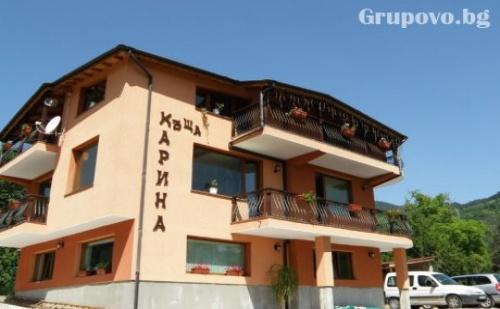 Къща Карина за 12+4 Човека в Орехово, Край <em>Чепеларе</em> с Просторен Хол с Трапезария, Оборудвана Кухня и Още Удобства.