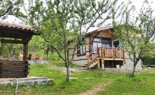 Самостоятелна Къща за 4 Човека в <em>Сапарева Баня</em> с Трапезария и Широк Двор с Барбекю - Вили Горски Рай