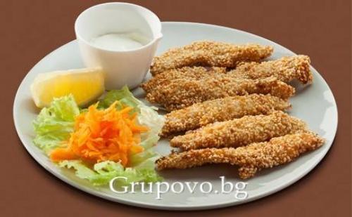 Хрупкави Пилешки Филенца със Сусам и Сметаново - Млечен Сос + Чаша Вино от Бистро Папи