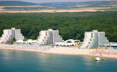 Почивка на Първа Линия в  Хотел Нона*** <em>Албена</em>! Нощувка на База All Inclusive + Чадър и Шезлонг на Плажа и Басейна + Детска Анимация!!!