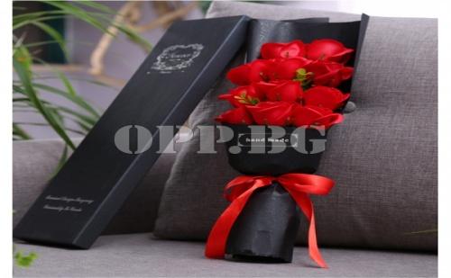 Стилен Букет от Червени Вечни Рози в Супер Луксозна Опаковка