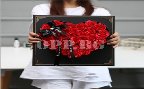 Уникално Сърце от Ароматни Вечни Рози Върху Рамка