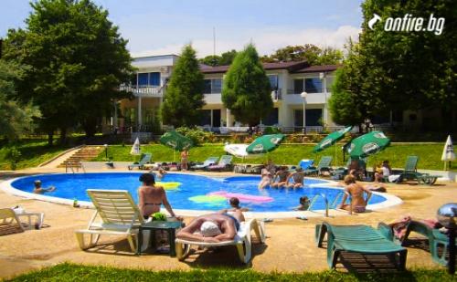 Ранни Записвания за Почивка на 400 Метра от Плажа - Парк Хотел Здравец К.к. Чайка! Нощувка на База All Inclusive + Чадър и Шезлонг на Басейна!!!