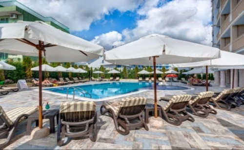 Ранни Записвания за Почивка на Метри от Северният Плаж в Приморско - Хотел Сиена Палас ****! Нощувка със Закуска в Лукс Помещения + Чадър и Шезлонг на Басейна!!!