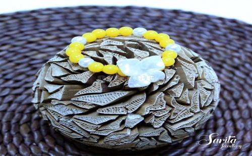 Нежна Жълта Гривна с Бяло Цвете