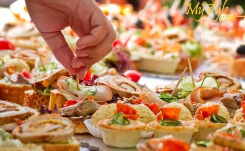 За Вашето Вкусно Парти! Плато Солени Изкушения (Кашкавалчета Пане, Пилешки Флейки или Свински Карета на Скара) от Mystyle Кетъринг
