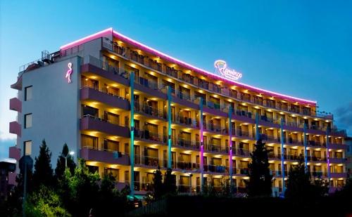 Юли и Август в Слънчев Бряг. 3, 5 или 7 Нощувки със Закуски и Вечери + Басейн в Хотел Фламинго