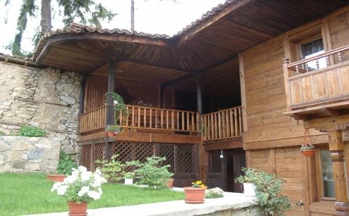 Нощувка за 13 Човека в <em>Копривщица</em> в Сарафовата Къща за Гости с Барбекю, Собствена Механа, Градина и Още!