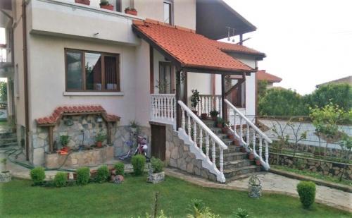 Нощувка за 11 Човека в Сапарева Баня в Къща за Гости Меди с Детски Кът, Барбекю, Зелена Градина и Още!