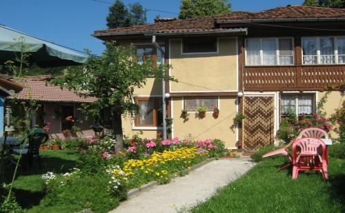 Нощувка за 6 или 7 Човека в <em>Копривщица</em> - Къща за Гости Бащина Стряха с Лятно Барбекю, Цветна Градина и Още!
