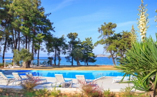 Края на Лятото на Първа Линия на о.тасос! Нощувка със Закуска за Двама, Трима или Четирима в Hotel Aroma Beach