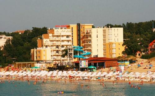 На Море в <em>Китен</em> на Първа Линия. Нощувка със Закуска за Двама + Басейн, Шезлонг и Чадър в Хотел Принцес Резиденс****