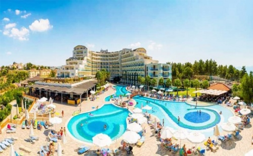 На Море в Кушадасъ, Турция! 7 Ultra All Inclusive Нощувки на Брега на Морето + 2 Открити Басейна, Чадър и Шезлонг на Басейна и на Плажа + Спа и Анимация за Деца и Възрастни в Хотел  ...
