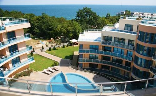 Море до 3 Юли в <em>Обзор</em>, Хотел Аквамарин - на 100М. от Плажа! Нощувка със Закуска, Обяд и Вечеря за Двама в Апартамент + Басейн, Чадър и Шезлонг на Плажа