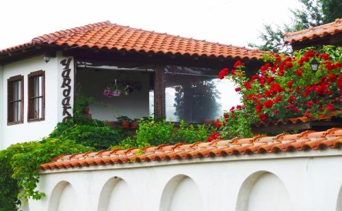Нощувка за 6, 12, или 18 Човека в <em>Калофер</em>! Къщи за Гости Чардака с Лятно Барбекю, Цветна Градина и Още!
