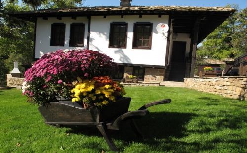 Нощувка за 10 + 3 Човека в <em>Боженци</em>! Къщи за Гости Тинтява и Невена със Собствен Ресторант и Просторна Цветна Градина