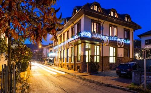 Коледа в Хотел Тетевен. 2 Нощувки, 2 Закуски и 2 Празнични Вечери + Сауна.