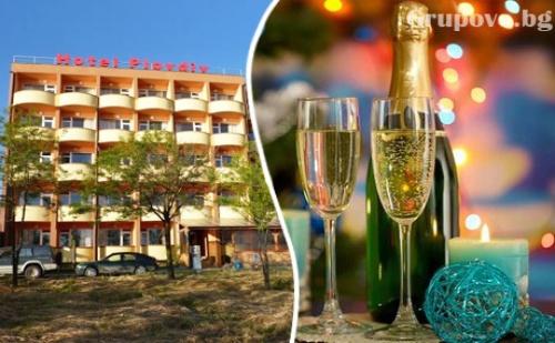 Нова Година в Приморско! 2 или 3 нощувки на човек със закуски и вечери, едната празнична с DJ в хотел Пловдив