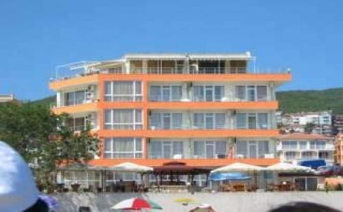 Ранни Записвания Лято 2019 на Първа Линия, Оферта Полупансион до 03.07 в Хотел Ирис, <em>Свети Влас</em>