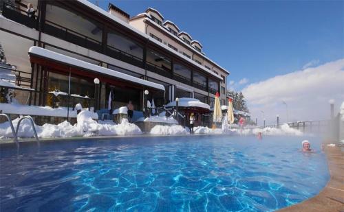 Открий Ски Сезона в Банско Този Уикенд! Нощувка, Закуска и Вечеря + Топъл Минерален Басейн и Спа Пакет в Хотел Аспа Вила, с. Баня!