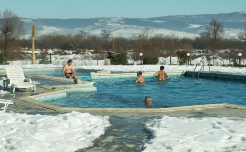 Спа Уикенд през Януари и Февруари в Комплекс Долна Баня! Нощувка със Закуска + Минерален Басейн с Гореща Вода и Джакузи на Топ Цена!