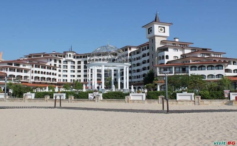 Лято 2019 на Първа Линия със Закуска и Вечеря до 05.07, Лукс Басейн, Чадър и Шезлонг на Плажа от Хелена Сендс, Сл. Бряг