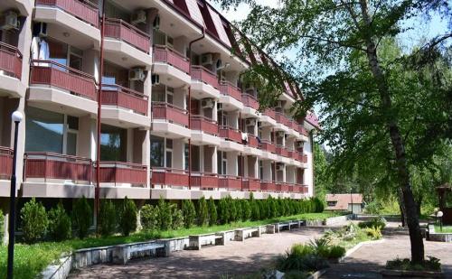 Балнео Почивка в Хотел Констанция, Костенец. 2 или 4 Нощувки със Закуски и Вечери + Минерален Басейн и Релакс Пакет!